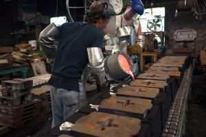 Molten metal pour green sand assist