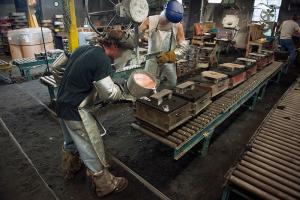 Molten metal assist pouring sand cast