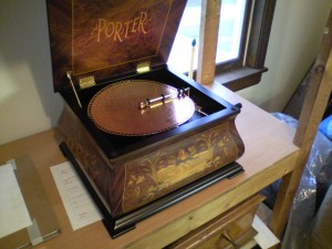 Antique non-ferrous arm music